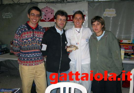 Gradara Ludens 18-21 settembre 2003 - laboratorio creativo auto - Roberto Rog Gigli, Anna Cenere Benedetto, Alberto Panik Panicucci con una corsista! o pilotaaaa?