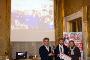 """La giuria (Mario Pardini, Davide Trane, Anna Benedetto) con gli inventori di """"Gru Gancio di Fuoco"""" in collegamento video"""